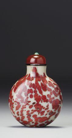 A Variegated Cinnabar-Red Glass Snuff Bottle. Qing Dynasty, 18th / 19th Century | 清十八 / 十九世紀 白地朱紅斑攪料鼻煙壺