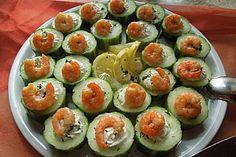 Gurke, gefüllt mit Frischkäse und Garnelen