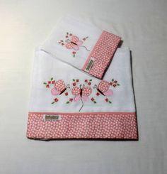 Jogo de babitas bordadas com barrado de tecido floral.
