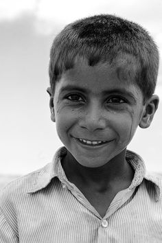 big eyes - child in Tar desert - Rajastan