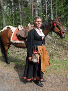 Förra helgen var jag på kurs i Dalarna. Där finns en rik tradition av att sticka och brodera delar av folkdräkterna. Särskilt förtjust är jag i jackorna som kommer från Dala-Floda, som den...