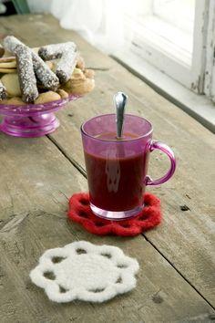 Virkattu ja huovutettu lasinalunen ja joulukuusenkoriste Novita Huopanen -langasta, ilmainen ohje Novitaknitsistä!