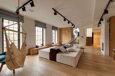 Apartamento com escorregador na sala de estar