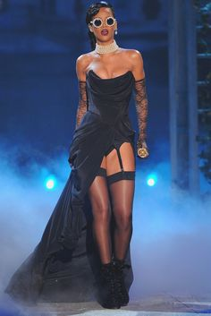 15 des vêtements les plus extravagants de Rihanna In honour of her forthcoming luxury brand, of course All Black Everything At The Victoria's Secret Fashion Show The singer performed at the 2012 show wearing a black corset by Vivienne Westwood and an Ada Estilo Rihanna, Mode Rihanna, Rihanna Style, Rihanna Fenty, Rihanna Fashion, Rihanna Black Dress, Black Corset Dress, Dress Fashion, Moda Victoria Secret