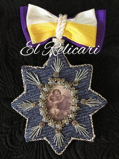 Relicario de San Jose. Creative Arts And Crafts, Diy And Crafts, Fibre And Fabric, Arte Popular, Art Object, Embroidery Art, Archaeology, Heavenly, Angeles