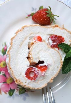 Cinco De Mayo Food Discover Summer Berry Meringue Roulade Super easy and light dessert which can be made ahead of time for summer entertaining at its best! Light Desserts, Easy Desserts, Delicious Desserts, Yummy Food, Yummy Yummy, Pavlova, Cupcakes, Cupcake Cakes, Sweet Recipes