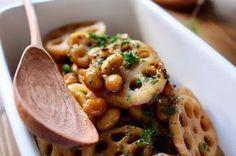 これどうやって作ったの⁈って絶対聞かれる持ち寄りレシピ、蓮根と大豆のバルサミコの作り方 LIMIA (リミア):蓮根 蒸し大豆か水煮の大豆 醤油 バルサミコ はちみつ 粒マスタード オリーブオイル