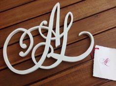 Letras de madera monograma caligrafiado, y hecho a mano en madera artesanalmente. Podrás colgarlo en la pared o ponerlo de pie por su espesor. Esther Gordo caligrafia. Calimorfismos3D.