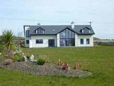 Spacious modern home, on 1 acre, overlooking the sea, just off Wild Atlantic Way. Architect designed to maximize the natural light, the house has five bedroo. Bungalow Extensions, House Extensions, Luz Natural, Natural Light, Modern Exterior, Interior Exterior, Exterior Design, Bungalows, Villas