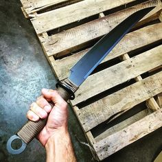 Let's talk about Survival Gear on a Budget. When I've talked to some of my family and friends about survival preparation a common worry or resistance I hear is about the initial cost. Cool Knives, Knives And Tools, Knives And Swords, Survival Knife, Survival Gear, Survival Weapons, Arte Banksy, Swords And Daggers, Fantasy Weapons