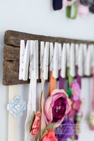 tinkerwiththis: hanging around: a headband holder/headband organizer. Would be cute for a jewerly nacklace or bracelet organizer. Hang them over the clothes pins! Baby Headband Holders, Diy Baby Headbands, Baby Headband Storage, Organizing Hair Accessories, Diy Hair Accessories, Crafts For Girls, Diy For Girls, Kids Hair Bows, Baby Girl Accessories