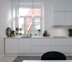 So checkout our collection of 23 Beautiful White Scandinavian Kitchen Designs to get inspired while decorating your kitchen. Kitchen Dinning, New Kitchen, Kitchen Interior, Kitchen Decor, Kitchen Styling, All White Kitchen, Scandinavian Kitchen, Cuisines Design, Küchen Design