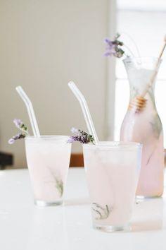 Chill Out This Summer With a Lavender Lemonade Entspannen Sie sich diesen Sommer mit einer Lavendel-Limonade Cocktails & Drinks Party Drinks, Cocktail Drinks, Fun Drinks, Yummy Drinks, Healthy Drinks, Cocktail Recipes, Lemonade Cocktail, Vodka Cocktails, Vodka Martini