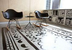 Tapis salon dessiné sur un sol en béton ciré