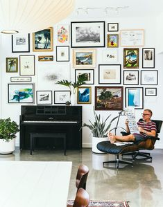 "35 Adorable Gallery Wall Design Ideas To Try Right Now - I just worship gallery walls. Gallery walls are an elegant way to decorate your walls and to add a unique character to your interior. There is no ""rig. Inspiration Wand, Home Decor Inspiration, Decor Ideas, Modern Gallery Wall, Gallery Walls, Art Gallery, Frame Wall Collage, Collage Walls, Frame Tv"