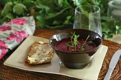 Punajuurikeitto on ihana alkupala, kevyt lounas tai sopivan vähäkalorinen diettikeitto.