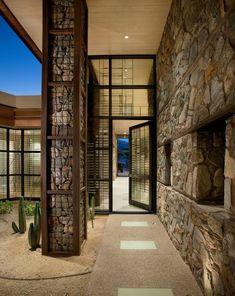 HIS: Габионы появились на свет в качестве фортификационных сооружений. Сегодня же металлические клети, наполненные камнями, с успехом используются в ландшафтном дизайне. Больше о габионах – в нашей сегодняшней статье.