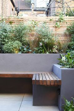 Hottest Images Garden Seating planter Style Outdoor spaces and patios beckon, specifically when the weather gets warmer. Back Gardens, Outdoor Gardens, City Gardens, Courtyard Gardens, Small Front Gardens, Modern Gardens, Garden Modern, Modern Patio, Concrete Garden Bench