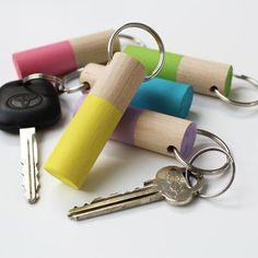 Nyckelring av rundstav Easy Wood Projects, Diy Projects To Try, Crafts To Make, Bullet Casing Crafts, Diy For Kids, Crafts For Kids, Wood Scraps, Presents For Kids, Diy Keychain