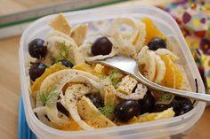 Insalata con finocchio, arancia e pollo in contenitore bianco