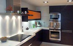 ¡Una de nuestras reformas! Buscaban una imagen actual y vanguardista para su cocina, y este es el resultado. Armarios grandes y amplios, electrodomésticos integrados y el acabado de los muebles combinado en madera de wengué y lacado brillo naranjo. 😍    ¿Qué te parece?     ☎ 93 799 99 95 - http://qoo.ly/kjjax