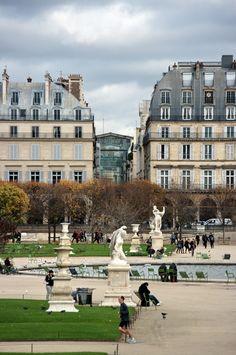 Paris le marché Saint-Honoré vu à travers le Jardin des Tuileries 1