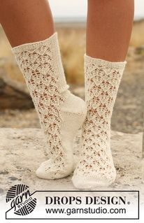 """Knitted DROPS socks with lace pattern in """"Fabel"""". ~ DROPS Design"""