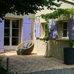 Vous avez une belle terrasse mais la mousse et les autres poussières sont venues la ternir. Comment faire pour les enlever sans pour autant utiliser le Kärcher ou des produits peu écologiques et ag...