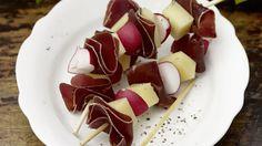 Radis, fromage, par exemple fromage des Grisons à la crème, et viande séchée forment de délicieuses brochettes pour l'apéritif ou une réception.