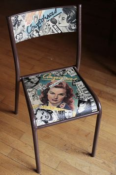 Chaise d'école en bois et métal, restaurée au moyens de journaux féminins des années 50, coupés et collés au gré de mon inspiration. Plusieurs couches de vernis lui assure - 15801348