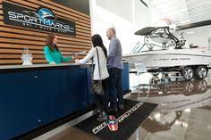Projet Sport Marine, store, blue reception desk, black and wood, hight gloss brown floor, boutique, showroom, salle de montre , bureau de réception bleu, noir et bois.