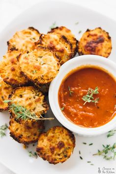 These Cauliflower Pizza Bites will satisfy your pizza cravings! Everyone from kids to college students love them, and they are low carb! Oh friends, you're in for a treat today. Ever since I made my Quinoa Pizza Bites, I've been thinking Quinoa Pizza Bites, Cauliflower Pizza Bites, Vegan Cauliflower, Healthy Cauliflower Recipes, Calzone, Vegetarian Recipes, Cooking Recipes, Healthy Recipes, Pizza Recipes