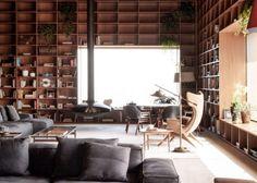 Visita guiada: biblioteca em cobertura paulistana tem paredes de estantes