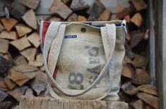Klein hip schoudertasje van postzakken