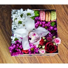 Chic (Medium) flower box with macarons. What a combination! box of flowers from www. Valentine Flower Arrangements, Valentines Flowers, Mothers Day Flowers, Valentines Day, Birthday Box, Happy Birthday, White Day, Box Logo, Flower Boxes