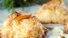 Kokosmakroner er enkle julekaker. Det går fort og de smaker godt. En perfekt kokosmakron skal være sprø på toppen og litt seig og myk inni. Norwegian Christmas, Cookie Table, Recipe Boards, Wedding Cookies, Mashed Potatoes, Food And Drink, Dessert, Baking, Ethnic Recipes