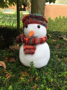 Sneeuwpop Snowy. Een ontwerp voor www.chefwol.nl. De sneeuwpop zelf is gebreid met Scheepjes Colour Crafter. En de muts en sjaal is gebreid met Scheepjes Firenze.