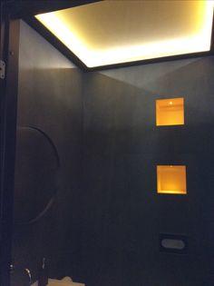 Kohde 26, Kotikontti. Hieno vessa. Rohkesti musta, tyylikäs epäsuora valo katon kautta tuo tilaan avaruutta. Kuva ei anna oikeutta tilalle, ei ollut kunnon kameraa mukana. Black toilet. Lighted ceiling provides spacious feeling. Hakusanat Mikkelin asuntomessut Housing Fair Mikkeli Finland