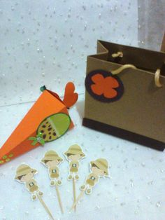 "kit festa contendo: <br>01 sacolinha surpresa TAM ""P"" <br>01 topper para doces <br>01 cone fechado"