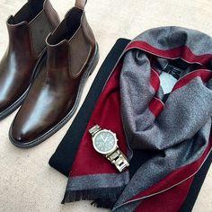 5af3284c86df De belles bottines Chelsea avec une patine un peu travaillée qui  accompagnera bien un haut simple bleu marine. Le tout est accessoirisée par  une écharpe ...
