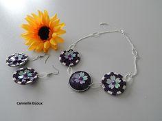 Collier chaine argentée et capsules avec fleurs violettes