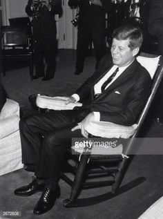 November 1963 President John Fitzgerald Kennedy - in the White House poses for photographers in his favourite rocking chair, two days before he was assassinated in Dallas. Greatest Presidents, American Presidents, Us Presidents, American History, John Kennedy Jr, Jfk Presidency, Pictures Of America, John Fitzgerald, Steve Mcqueen
