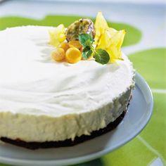 Kakku kuin ylioppialaslakki! Valkosuklainen ylioppilaskakku on täydellinen valinta tuoreen ylioppilaan kahvipöytään. Tämän kauniin kakun pohja syntyy kaakaojauheella värjätystä mehevästä mantelimassasta ja täytteessä pääroolissa on ihana ja makea valkosuklaa.