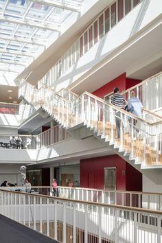 덴마크의 코펜하겐 국립병원은 최근 3XN Architects이 설계한 Patient Hotel (환자를 위한 호텔)과 병원 관리시설을 새롭게 개관하였다. 총 74개의 객실을 갖춘 Patient Hotel 은 3층까지 객실을 구성하고, 이 후 6층까지 운영 사무실들이 갖추어져 있다. 건물은 외관으로 보았을 때 2개의 구조로 구성되어 있는 것으로 보이는데, 이러한 형태는 호텔과 관리동에 대한 명백한 가시적인 구분을 주기 위한 것이다. 측면에서 보면..