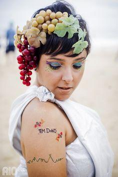 Carnaval com glitter, coroa de frutas e tattoos temporárias.