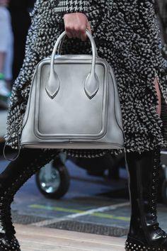 Alexander McQueen Fall 2019 Ready-to-Wear Fashion Show - Vogue Fashion Handbags, Fashion Bags, Fashion Show, Fashion Trends, Vogue Paris, Handbag Accessories, Fashion Accessories, Ladies Accessories, Alexander Mcqueen Handbags
