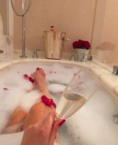34 Cozy design ideas in country house style - Home Improvement Bath Tube, Bath Photography, Photo Recreation, Luxury Lifestyle Women, Night Vibes, Poses For Pictures, Time Photo, Bubble Bath, Spa Day