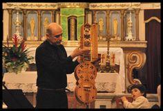 Il maestro Liutaio Lino Mognaschi illustra il funzionamento di un organistrum durante il III° Atto della Rassegna Nebula a.D. MMXV nella Chiesa di San Giorgio a Viarolo di Sissa Trecasali (PR). Info: www.dimorestoricheminori.eu