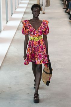 Michael Kors Collection Spring 2019 Ready-to-Wear Fashion Show Michael Kors Collection Spring 2019 Ready-to-Wear Collection - Vogue. Women's Runway Fashion, Look Fashion, Fashion Trends, Vogue, Michael Kors Collection, Milan Fashion Weeks, Fashion Show Collection, Summer Trends, Pantone Color