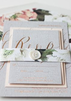 As a nod to their outdoorsy venue, this couple opted for wood-grain inspired stationery.